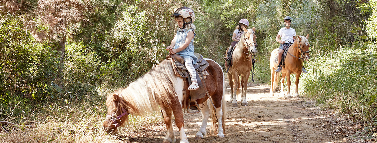 family-outdoor-activities-with-kids-horse-riding-explore-nature-crete